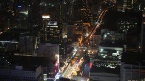夜一个大都会的商业区有摩天大楼和金融中心的 交易在街道上在夜城市 影视素材