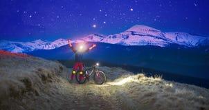 夜上升的自行车竟赛者 库存照片