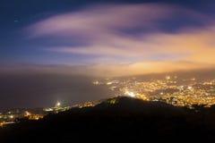 夜与云彩的城市光 免版税库存图片