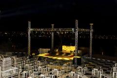 夜与五颜六色的光、烟和迪斯科球的迪斯科舞厅俱乐部 库存照片