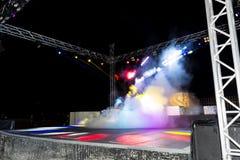 夜与五颜六色的光、烟和迪斯科球的迪斯科舞厅俱乐部 免版税图库摄影