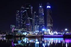 夜与发光的摩天大楼的城市风景 免版税库存照片