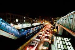 夜与汽车光的交通场面在拥挤的街上的 免版税库存照片