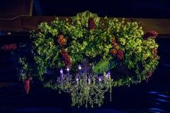 夜与自然花的婚礼装饰 免版税库存照片