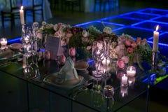 夜与蜡烛和自然花的婚礼装饰 免版税库存照片