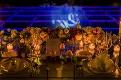 夜与蜡烛和自然花的婚礼装饰 库存照片