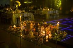 夜与蜡烛和自然花的婚礼装饰 库存图片