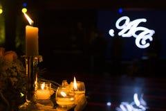 夜与蜡烛的婚礼装饰 库存照片