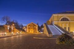 夜与追踪者的街道视图在陶格夫匹尔斯市努力机智标记Rotko艺术中心 免版税库存图片