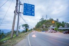 从夜丰颂的一条路与交通指南岗位的Pai的 免版税图库摄影