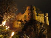 夜之前点燃的古老城堡 免版税库存照片
