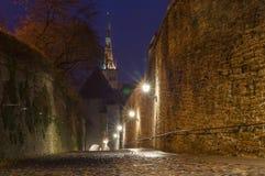 夜之前照亮的Pikk Jalg街道,塔林,爱沙尼亚 免版税库存照片