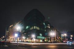 夜交叉路在城市 免版税库存照片