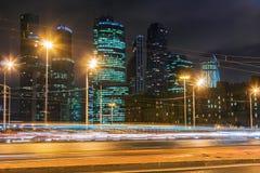 夜交通和摩天大楼莫斯科国际企业分 库存图片