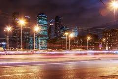 夜交通和摩天大楼莫斯科国际商业中心 免版税库存图片