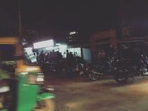夜交通在印度班格洛 免版税库存图片