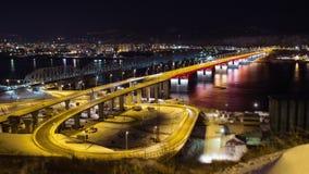 夜交通时间间隔在河上的桥的叶尼塞,俄罗斯,克拉斯诺亚尔斯克 股票视频