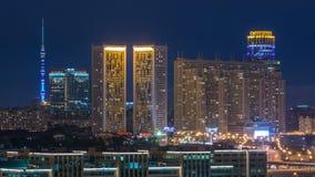 夜从屋顶timelapse的莫斯科都市风景 居民住房在夜和Ostankinskaya电视里耸立 被停泊的晚上端口船视图 股票视频