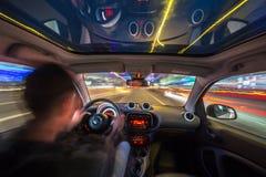 夜从汽车里边的城市道路视图 免版税库存照片