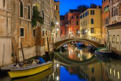 夜侧向运河和桥梁在威尼斯,意大利 免版税库存图片