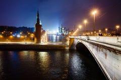 夜克里姆林宫、Vasilievsky Spusk和红场,堤防,在冬天降雪,俄罗斯的街灯都市风景视图  库存照片