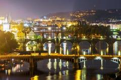 夜全景桥梁在布拉格 cesky捷克krumlov中世纪老共和国城镇视图 库存照片