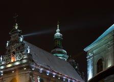 夜冬天Bernardine教会和修道院冠上,利沃夫州市,英国 免版税库存图片