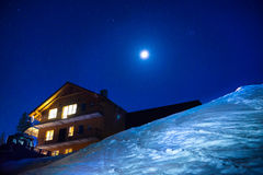 夜冬时的圣诞节房子 库存照片