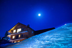 夜冬时的圣诞节房子 免版税图库摄影