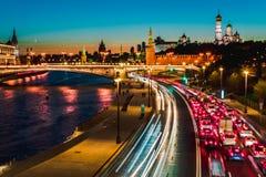 夜冷漠的莫斯科、克里姆林宫、大石桥梁和Prechistenskaya堤防和莫斯科河,俄罗斯顶视图  库存图片