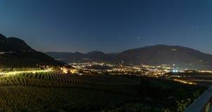 夜区Scena葡萄园和城市Meran谷Burggrafenamt,Meraner土地,省波尔查诺,南部地平线全景  库存照片