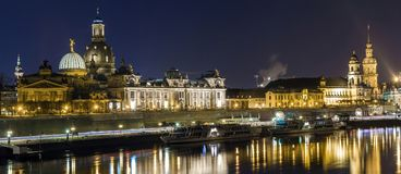 夜历史建筑都市风景视图与反射的在易北河在德累斯顿德国的中心 免版税库存照片