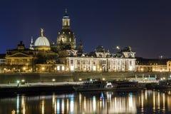夜历史建筑都市风景视图与反射的在易北河在德累斯顿& x28的中心; Germany& x29; 免版税库存图片
