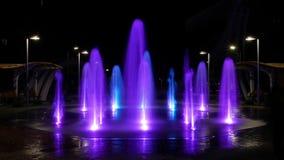 夜发光的步行喷泉的Timelapse录影在城市 水注在地面上突袭高 美丽 股票录像