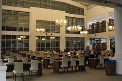 夜和图书馆 免版税库存照片