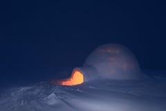 夜和雪园屋顶的小屋 免版税库存照片