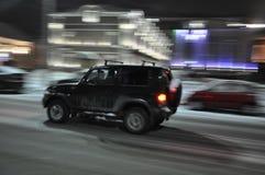 夜图拉 一张模糊的照片 汽车运动 摄影师` s视觉 晚上雨雪业务量 免版税库存照片