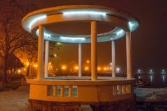 夜圆形建筑在波摩莱堤防在保加利亚 库存照片