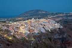 夜圣托里尼的,希腊Fira全景 免版税库存图片