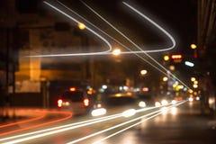 夜在交叉点的红绿灯 免版税库存图片