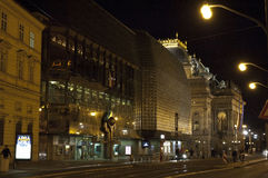 夜在光的布拉格街道 图库摄影