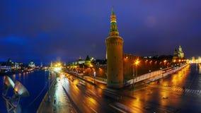 夜在克里姆林宫墙壁和塔在日落,莫斯科,俄罗斯附近的城市交通Timelapse  影视素材