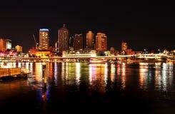 夜在反射在河的布里斯班市点燃 免版税库存图片