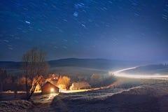 夜在喀尔巴阡山脉的村庄 库存图片