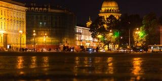 夜在圣彼得堡,从宫殿正方形的看法 免版税库存图片