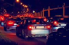 夜在城市街道上的交通堵塞 库存图片