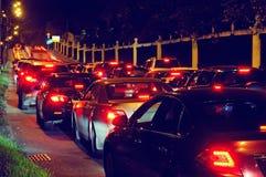 夜在城市街道上的交通堵塞 免版税库存图片