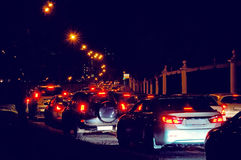 夜在城市街道上的交通堵塞 库存照片