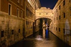 夜在威尼斯意大利 叹气被连接的推托宫殿和监狱桥梁  图库摄影