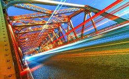夜在庭院桥梁里面的红绿灯 免版税图库摄影
